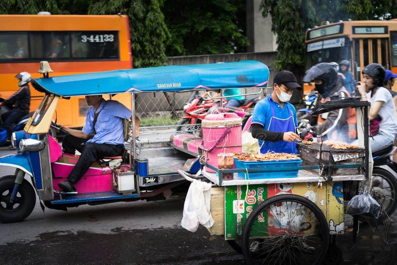 Bangkok Thailand - Juni 20, 2018: Tuk Tuk väntande på passagerare royaltyfri fotografi