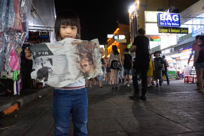 Bangkok/Thailand-07 02 2017 : La petite fille mignonne sur le stre images libres de droits