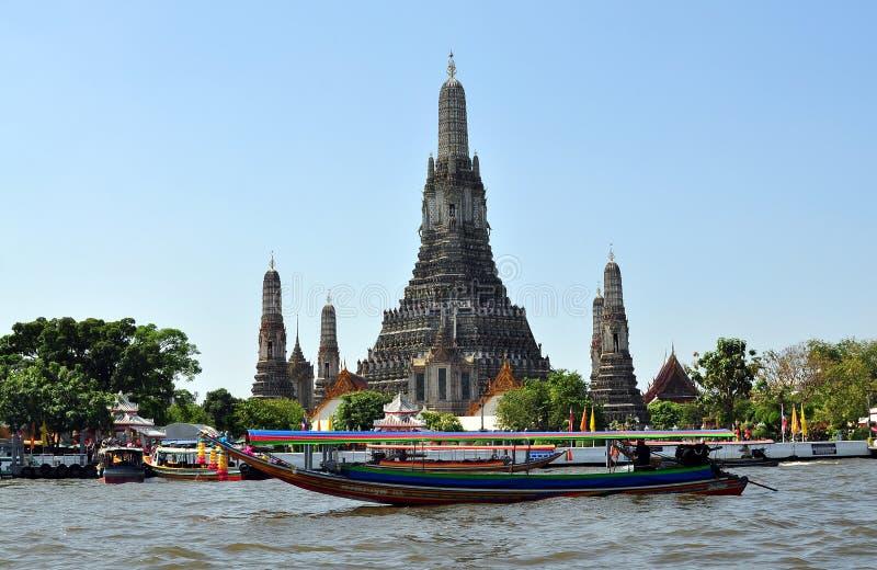 Bangkok, Thailand: Longtail Boot u. Wat Arun lizenzfreie stockfotografie