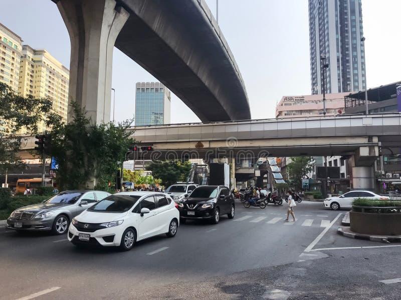 Bangkok, Thailand - 17. M?rz 2019: Viel Auto- und MotorradursachenStaus am Phetchaburi-Stra?en- und Phayathai-Stra?enschnitt lizenzfreie stockfotos