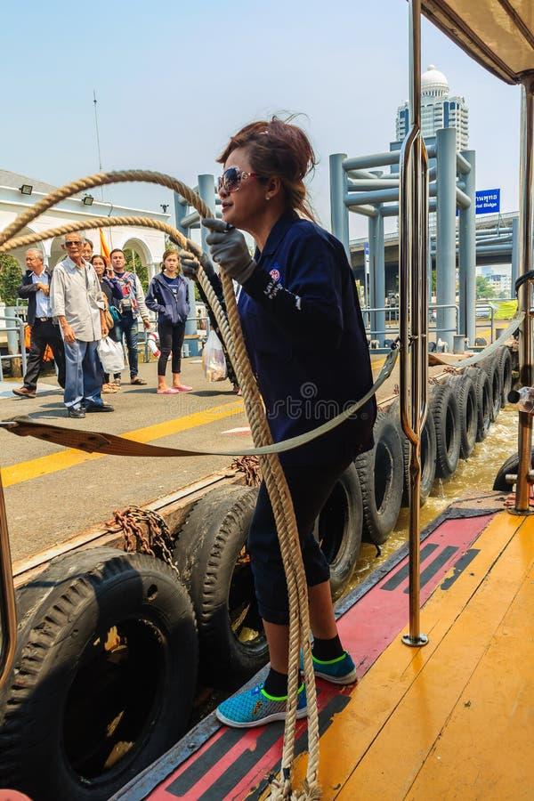 Bangkok, Thailand - Maart 2, 2017: Niet geïdentificeerde Thaise vrouw die w royalty-vrije stock fotografie