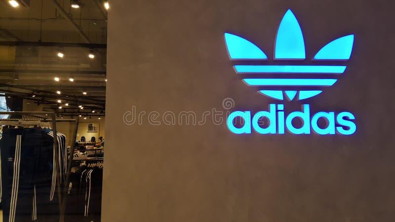 BANGKOK, THAILAND - 4. MAI 2019: Adidas-Logo vor offiziellem Speicher, der auf Iconsiam-Einkaufszentrum in Bangkok fand, lizenzfreies stockbild