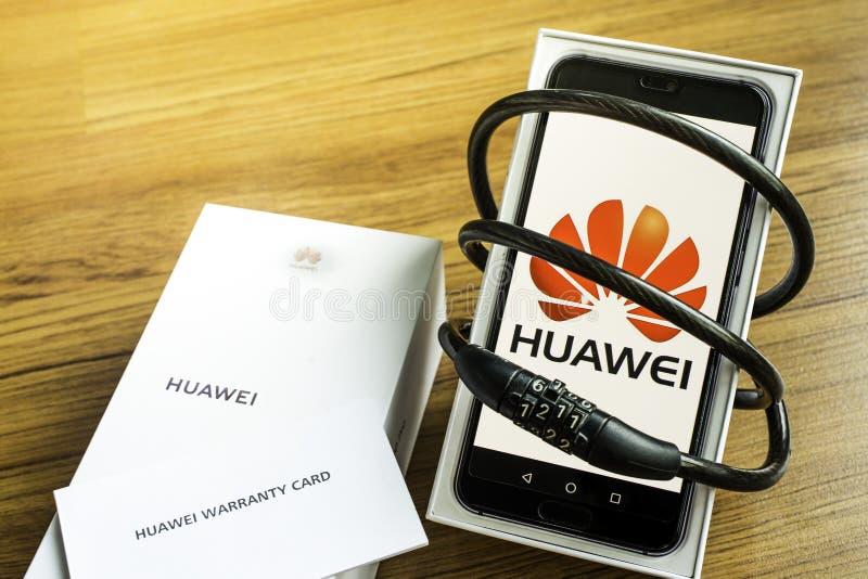 Bangkok, Thailand - 23. Mai 2019: Huawei-Telefone mit Decodern auf k?nstlichem h?lzernem Bodenbelag im Haus, Huawei-Sicherheitsfr stock abbildung