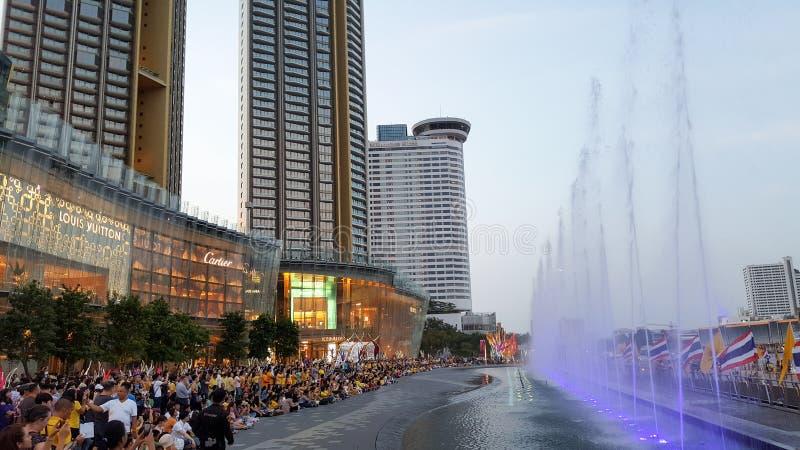 BANGKOK, THAILAND - 6. MAI 2019: Viele Leute passen die helle und solide Show, Einkaufszentrum, Siam-Ikone, am Abend auf, lizenzfreie stockfotos