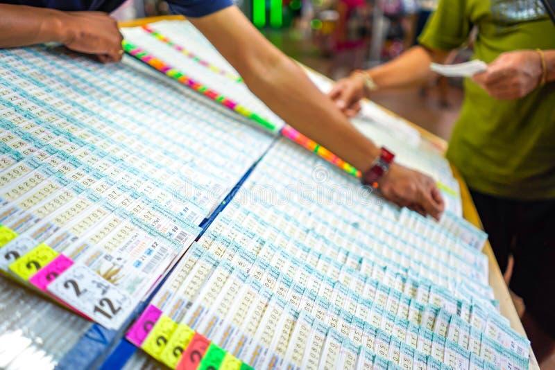 Bangkok Thailand - 27 Maj 2018: Det thailändska folket har gyckel som köper lotterit på framdelen av lotterikiosket på det Bangko royaltyfria foton
