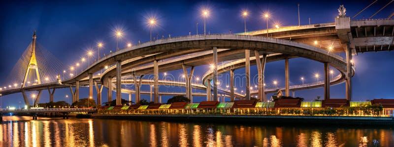BANGKOK THAILAND - MAJ 22: Industriella Ring Road Samut Prakan Junction fullständigt - fungerande och ljus upp under skymningtimm arkivbilder