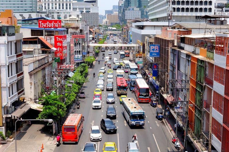 Bangkok Thailand - Maj 26 2019: M?nga bilar, bussen och motorcyklar orsakar trafikstockningar p? den Ratchaprarop v?gen har plans royaltyfri bild
