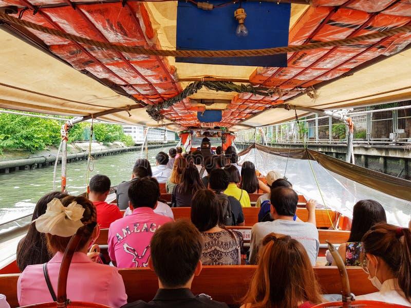 BANGKOK THAILAND - MAJ 1, 2018: Många personer går att arbeta eller resa med fartyget Fartyget är ett av offentligt trans. i Thai royaltyfri bild