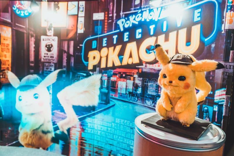 Bangkok Thailand - Maj 2, 2019: Pikachu dockask?rm vid bakgrunden f?r film f?r Pokemon kriminalarePikachu animering i filmteater arkivfoto
