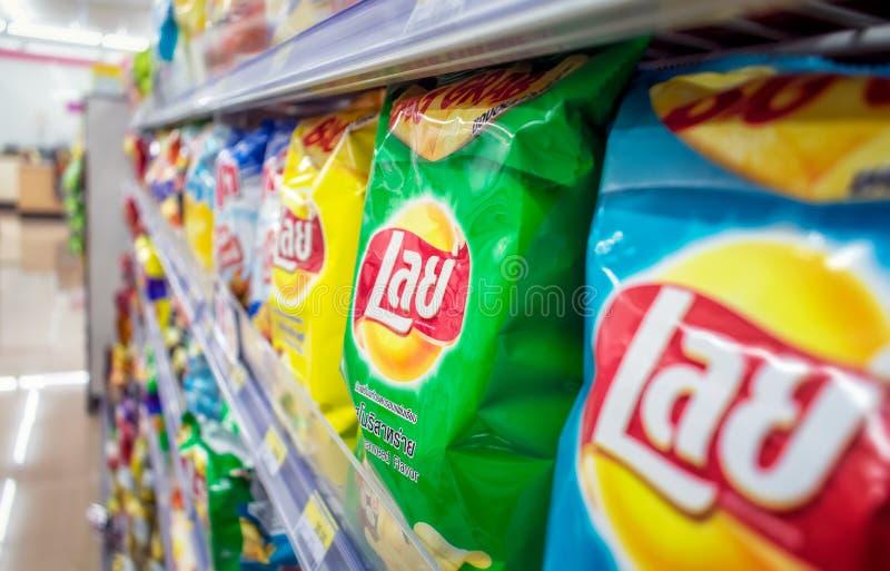 BANGKOK THAILAND - MAJ 20: Thailändska förpackande lays potatischiper som bordläggas fullständigt i det lokala lämpliga lagret 7- royaltyfria foton