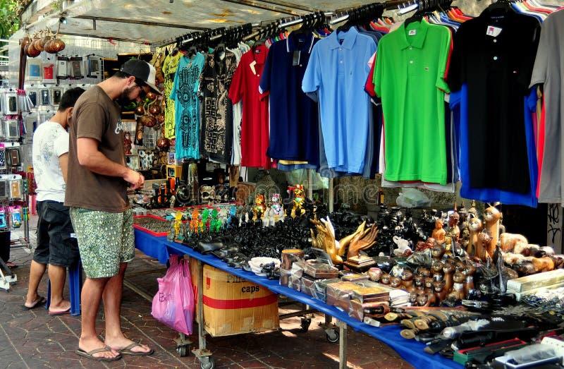 Bangkok Thailand: Manshopping för souvenir arkivfoton