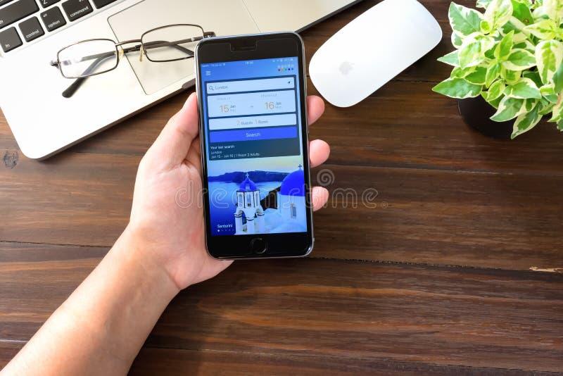 BANGKOK THAILAND - mars 05, 2017: äppleiphone 6 Agoda är en online-loppbyrå som baseras i Singapore som erbjuder boende arkivbild