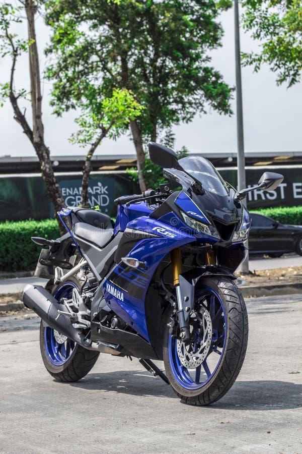 Bangkok Thailand-mars 30,2019 den stora cykeln utomhus- Yamaha R15 parkerar f?r att h?lla ?gonen p? folkerfarenhet fotografering för bildbyråer