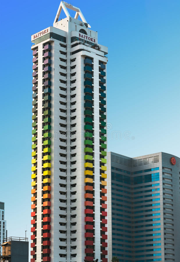 Bangkok Thailand - mars 12, 2016 Det Baiyoke tornet färgad I arkivfoton