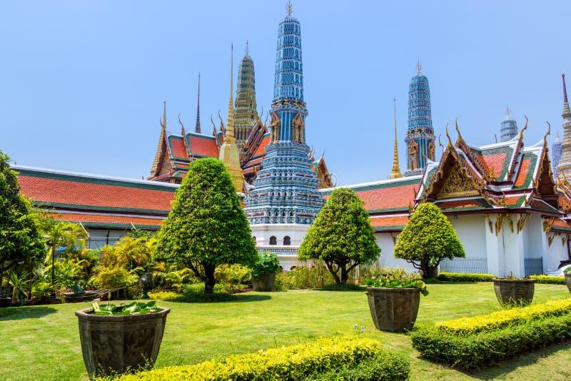 Bangkok Thailand, mars 2013 kaew f?r den storslagna slott-, Wat praen med skulpturer och detaljerade prydnader arkivfoto