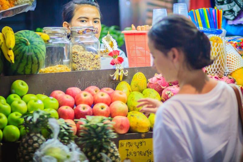 Bangkok Thailand - mars 2, 2017: Nya röda och gröna äpplen fo royaltyfri foto