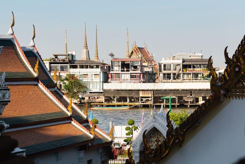 BANGKOK THAILAND - MARS 2019: sikt över taken av det Wat Pho Reclining Buddha tempelkomplexet royaltyfri bild