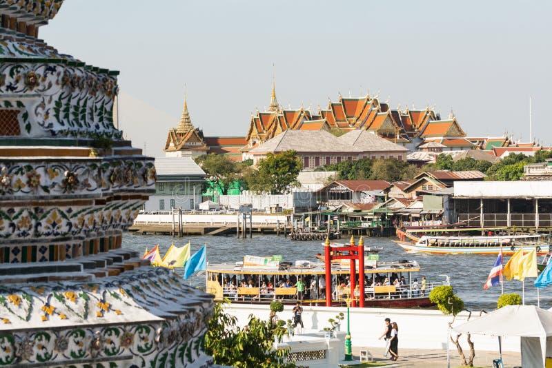 BANGKOK THAILAND - MARS 2019: sikt över taken av det Wat Pho Reclining Buddha tempelkomplexet arkivfoto