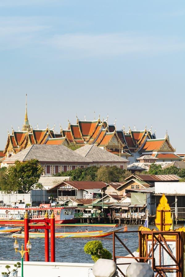 BANGKOK THAILAND - MARS 2019: sikt ?ver taken av det Wat Pho Reclining Buddha tempelkomplexet royaltyfri bild