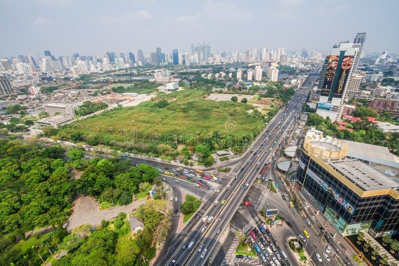 Bangkok Thailand, mars 20, 2015: Trafik på en fullsatt gata I fotografering för bildbyråer
