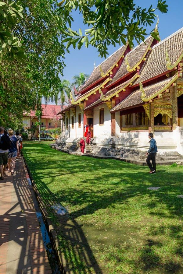 BANGKOK THAILAND, MARS 06, 2018: Utomhus- sikt av munkar som in går i trädgården, på Ayutthaya, buddistisk tempel arkivfoton