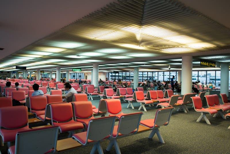 BANGKOK/THAILAND-MAY 16 :等待的未认出的乘客 免版税库存图片
