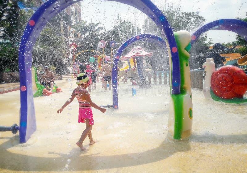 BANGKOK, THAILAND - MEI 11: De naamloze gasten calmen zich van de hitte in het waterpark van de Fantasielagune bij de Wandelgaler royalty-vrije stock foto's