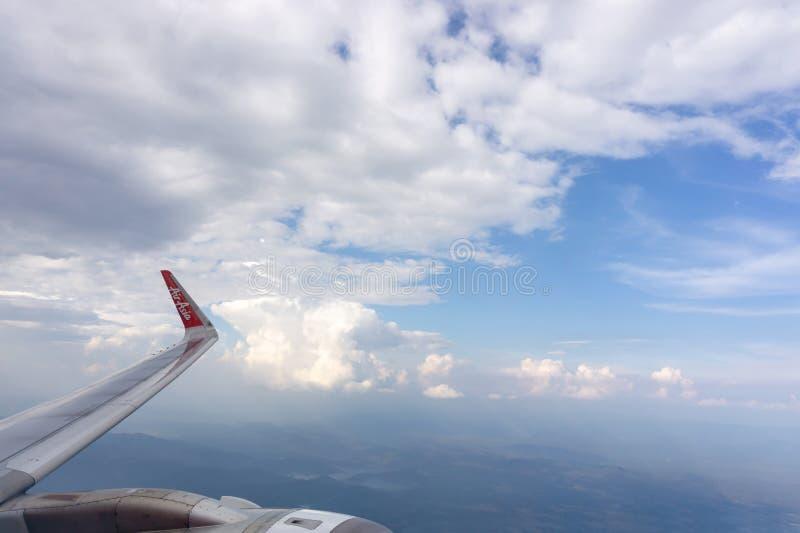 Bangkok, 23 Thailand-Mei, 2019: Hemel scape mening van de duidelijke zetel van het glasvenster aan vliegtuigenvleugel van het vli stock afbeeldingen