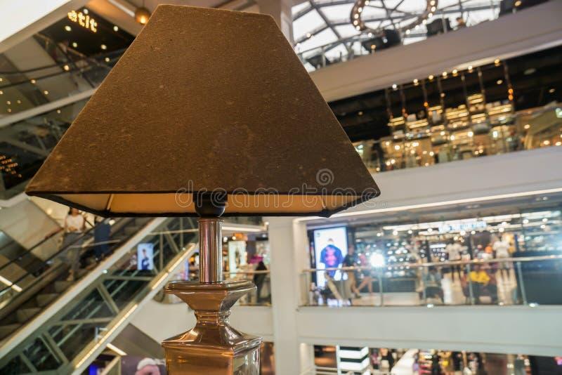 Bangkok/Thailand - Mei 28 2019: sluit omhoog uitstekende die lamp in Siam Center-winkelcomplex wordt verfraaid stock fotografie