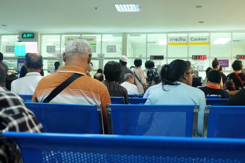 Bangkok, Thailand - Mei 9, 2018: Vele Mensen en patiënten die betaling wachten op medische kost royalty-vrije stock fotografie
