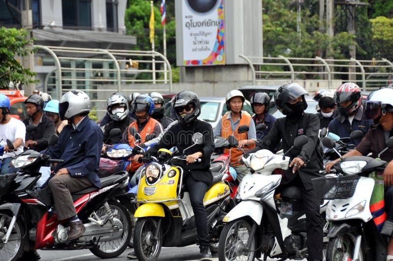 Bangkok, Thailand: Motorrijders bij Verkeerslicht stock afbeeldingen