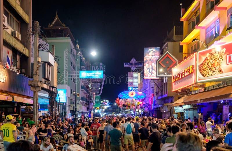 Bangkok, Thailand - 19 Nov. 2017: Niet geïdentificeerde toeristen met drinken die in bar en bar op Khao San reizen stock foto's