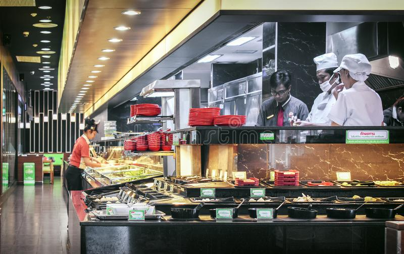 BANGKOK, THAILAND 19 NOVEMBER: De chef-koks en de manager werken behin stock afbeelding