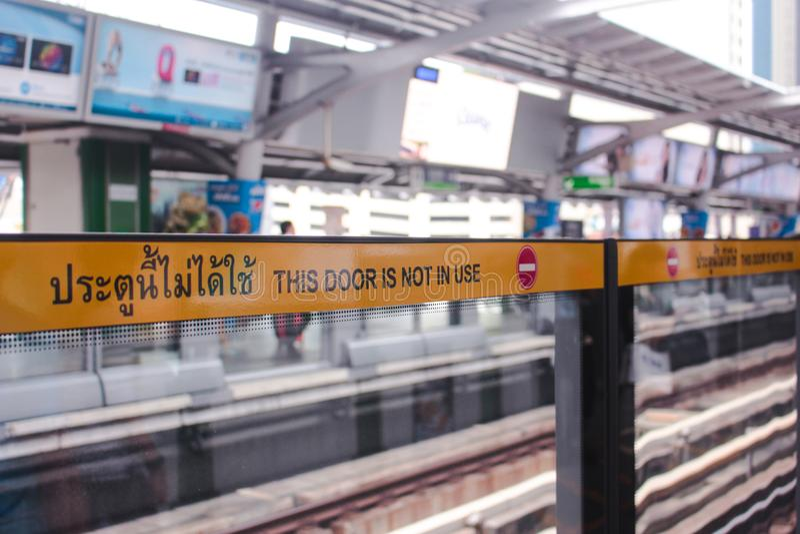 Bangkok Thailand - November 2017: DENNA DÖRR ÄR INTE tecknet I BRUK på plattformen för BTS Skytrain i den Asok stationen arkivfoton