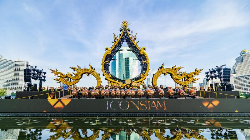 Bangkok Thailand - November 11, 2018: Etapp för kapacitet för storslagen öppning för ICONSIAM Iconsiam är en ny Bangkok gränsmärk royaltyfri bild