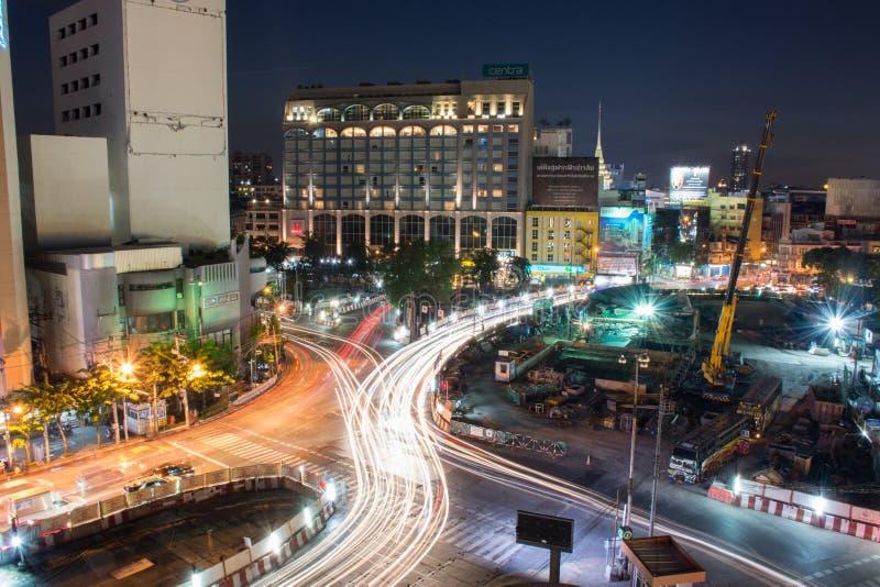 Bangkok, THAILAND - 20. November: Geschwindigkeits-Verkehr - Licht schleppt auf Rama 4 Rd , Vogel ` s Augenansicht über eine Nach lizenzfreie stockbilder