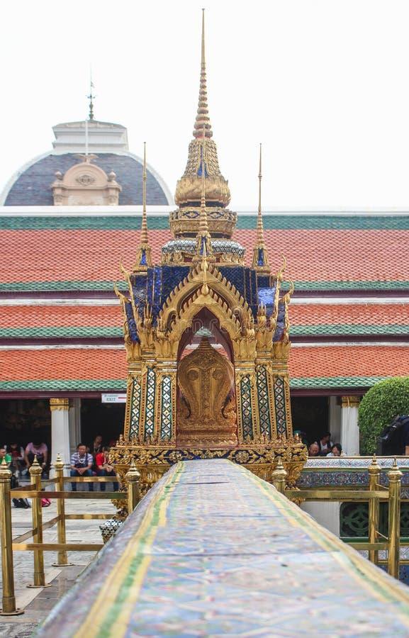 Bangkok Thailand - November 2017: Härlig stupa i hörnet av väggen runt om Ubosoten av Emerald Buddha fotografering för bildbyråer
