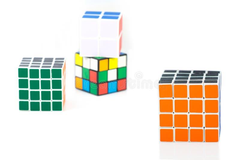 Bangkok Thailand - November 11, 2017: Kub för Rubik ` s för hjärnan tr arkivfoton