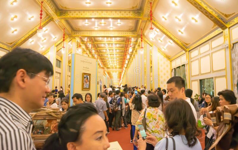 Bangkok, Thailand - 28. November 2017: Nicht identifizierte Leute kommen, das königliche Krematorium und die Ausstellung von MAJE lizenzfreie stockfotos