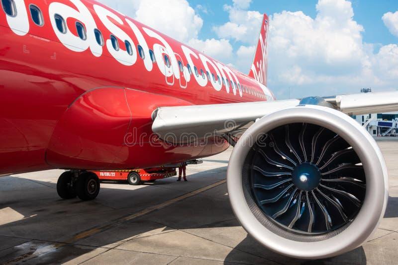 Bangkok, Thailand - 20. November: Preiswerter Flug AIR- ASIAfluglinie von internationalem Flughafen Donmuang zu Chiangmai-Parken lizenzfreie stockfotos