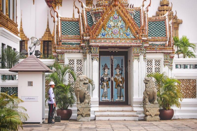 Bangkok Thailand - November 2017: Thailändsk kunglig vaktanseendevakt bredvid templet i kunglig storslagen slott royaltyfria bilder