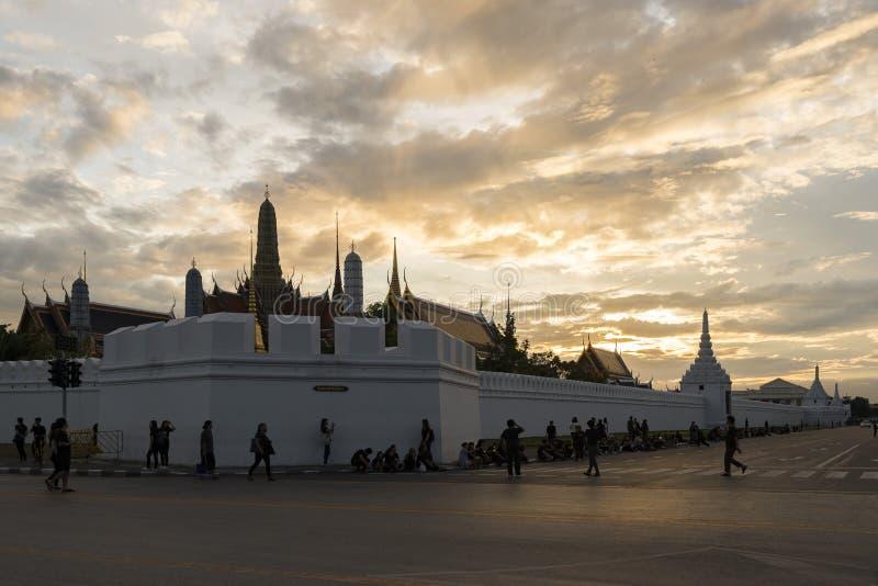 Bangkok Thailand - November 13, 2016: Thailändsk storslagen slottjämmer för folk förutom för konungen royaltyfri bild