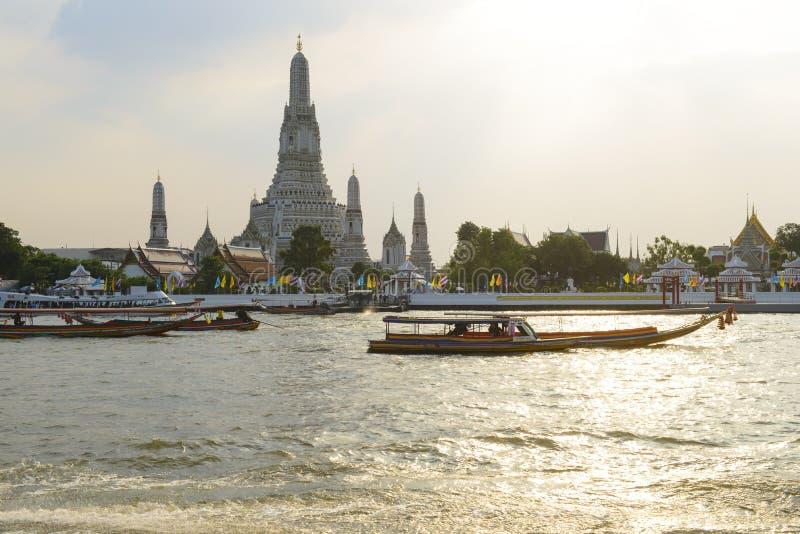 Bangkok, Thailand - 12. November 2018: Wat Arun oder das Temple of Dawn hinter Boot der langen Schwänze stockfotos