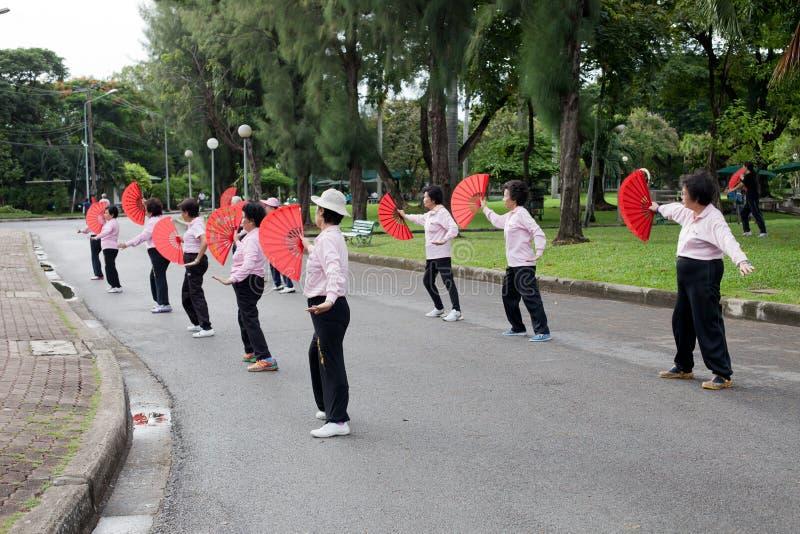 BANGKOK THAILAND - Oct17--groep die oude vrouw met Chinese ventilator voor oefening in openbaar het parkhart van Lumphini dansen v stock foto