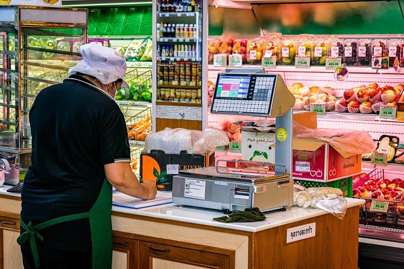 BANGKOK, THAILAND - 15. OKTOBER: Angestellter behält Erfinder im Auge stockfotografie
