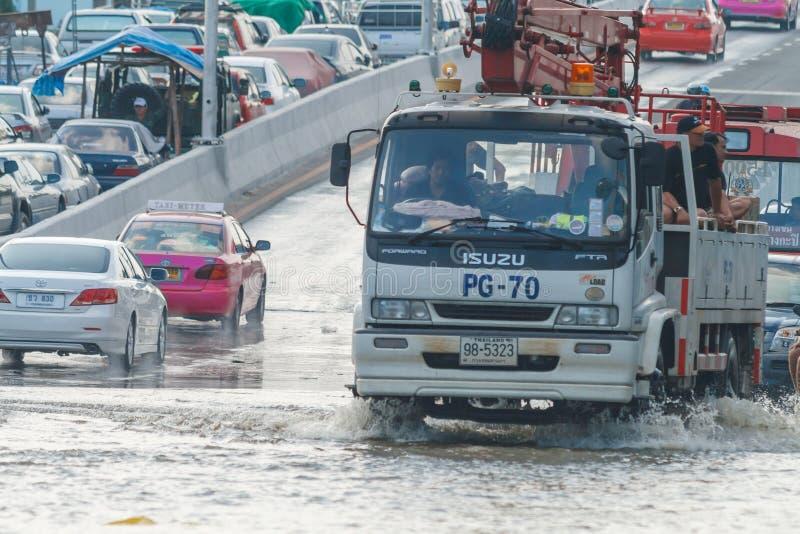BANGKOK, THAILAND - 31 OKTOBER, de Auto van 2011 plakte in modder en plons, concept natuurrampenvloed op al weg stock foto