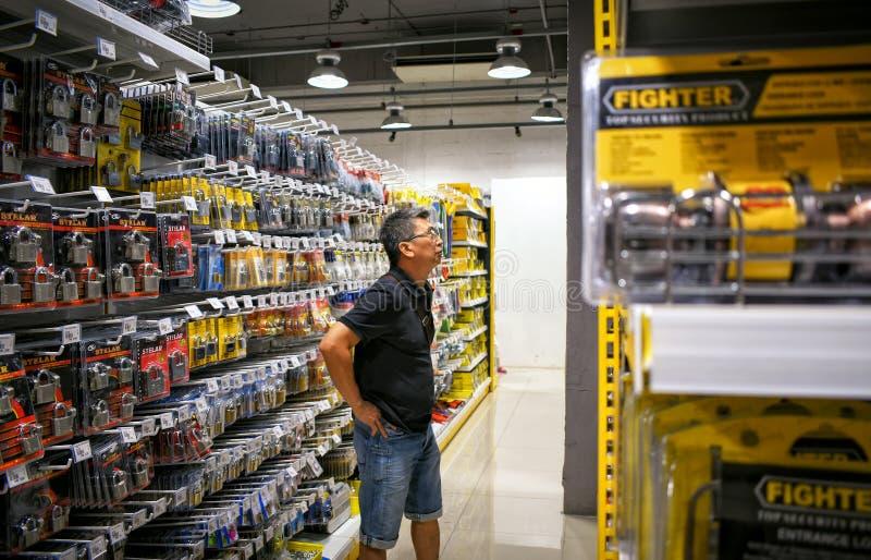BANGKOK THAILAND - OKTOBER 22: Kunden shoppar för lås i arkivbild