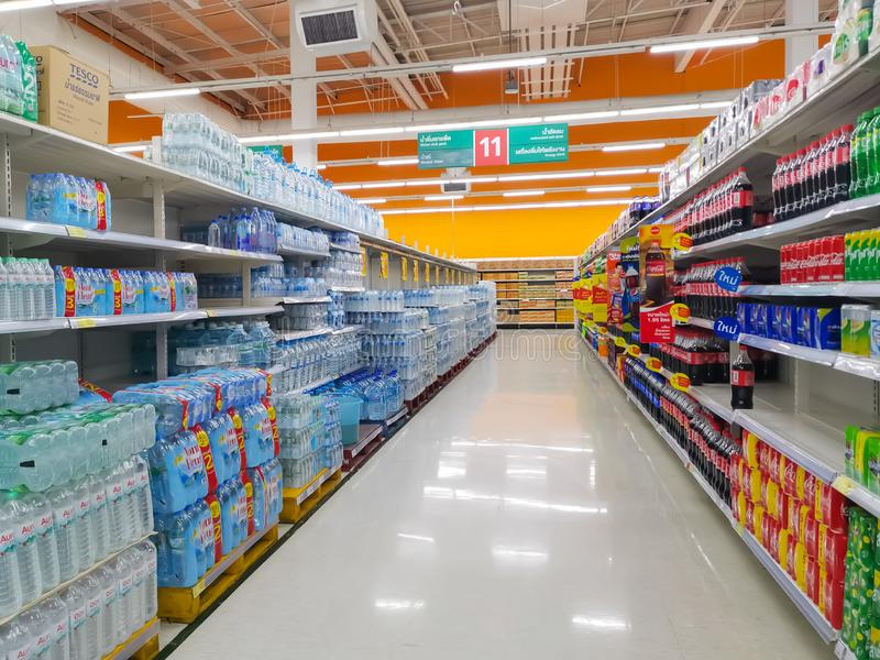 Bangkok, Thailand - 12 oktober 2019: Rij van diverse flessen van het Drinking Water Pack in de supermarktwinkel bij Big C Extra royalty-vrije stock foto's