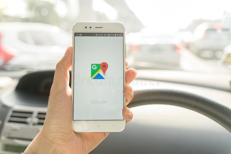 BANGKOK, THAILAND - 08 OKTOBER 2018: Sluit omhoog van een xiaomismartphone van de mensenholding en het gebruiken van Google Maps  stock fotografie