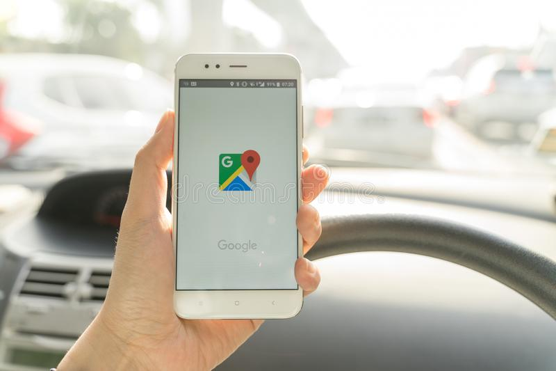 BANGKOK, THAILAND - 08 OKTOBER 2018: Sluit omhoog van een xiaomismartphone van de mensenholding en het gebruiken van Google Maps  stock foto